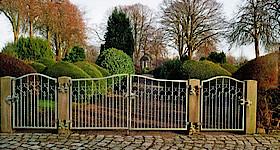 Reinigungsaktion des Mahnmals auf dem Friedhof